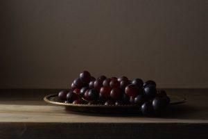 druiven op koperen schaal, foto van Yola de Lusenet